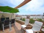 Gran terraza con vistas abiertas y mar.