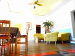 Wohnbereich Gerbera mit Couch und TV kann auch als Vip lounge genutzt werden.
