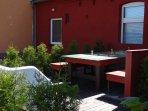 1 von 2 großen Sitzecken im Garten auf der Terrasse  mit Grill.