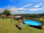 Vista panoramica dalla piscina e dal giardino
