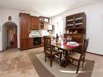 La cucina offre frigo, freezer, fornelli, forno, lavastoviglie, bollitore elettrico e tostapane
