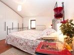 La camera da letto principale offre un letto matrimoniale e guardaroba