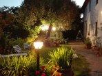 Il giardino illuminato la sera