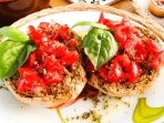 La 'Friseddra Salentina' con pomodorini, basilico, sale, olio ed origano.