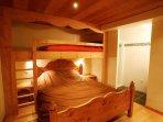 Chambre avec lit double et lit mezzanine