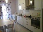 CUCINA piano 4 fuochi, frigo/freezer, forno, pentole, stoviglie, utensili, lavastoviglie, tv led 32'