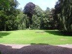 Grand parc de 1hectare avec arbres centenaires et portiques , 1 pour les petits 2ième pour les ados.