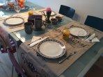 Ontbijt wordt geserveerd op de eerste verdieping on onze  gezellige living