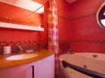En-suite bathroom of the main bedroom with Jacuzzi!