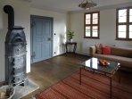 Wohnzimmer mit historischem Gusskaminofen.