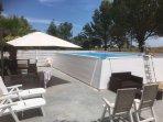 Il solarium intorno alla piscina