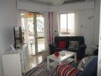 Salon con vista a la playa. dos sofas ( 2+3 plazas). Tv led 43 pulgadas.