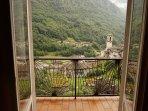 vista dal soggiorno sul borgo alpino di Torre Santa Maria