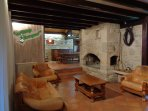 Le salon et sa cheminée au bois , pour des soirées chaleureuses... ( TV 140 Home cinéma )