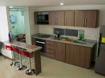 kitchen and american -style dinning table / cocina y meson comedor tipo americano
