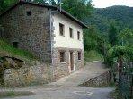 Casa de piedra y madera para descansar en picos de