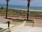 Urbanización situada en primera linea de playa. Salida directa a la playa  foto sacada  desde escal