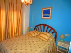 Dormitorio- suite con armario y cuarto de baño dentro.
