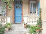 porte d'entrée bleue accès aux 2 T2 des Loges des Chalets