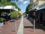Centre village, voie piétonne donnant sur la plage et les restaurants