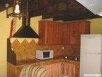 Vista parcial de cocina integrada en salita de estar.