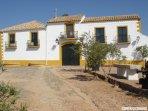 Acceso a fachada principal del cortijo donde se ubica la Casa Rural 'El Molinero'