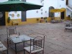 Vista parcial del patio central del cortijo donde se ubica la Casa Rural 'El Molinero'.