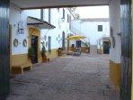 Entrada al pacio central del cortijo donde se ubica la Casa Rural 'El Molinero'.