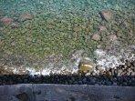 spiaggia di ciotoli e scogli vulcanici