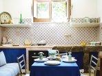 Cucina in muratura con ceramiche siciliane mensole di pietra