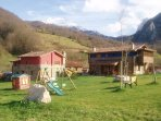 Casas rurales Valle de Bueida. Jardín con juegos infantiles, barbacoas, porterías para los peques