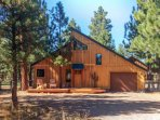A private hot tub, shared pool, & National Forest at your backdoor await