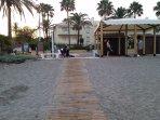 Entrada a la Playa en la Cala de Mijas con duchas, fuentes y servicios