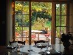 la cuisine :vue sur la terrasse