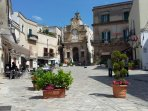 Piazza Manfredi, the lounge of Oria, is just 200 meters from the property