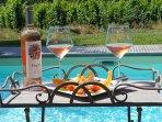 Gîte Les Vignes de Michelet, dégustez un petit rosé au bord de la piscine avec vue sur le vignoble