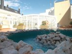 vista piscina cubierta de la urbanización