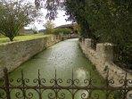 le canal qui longe la maison, tel des douves