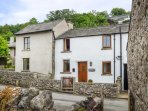 CINDERBARROW COTTAGE, mid-terrace, parking, garden, WiFi in Witherslack, Ref 931