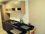 Cozinha novinha com cooktop.