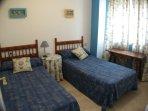 Dormitorio con dos camas de 90 y armario grande