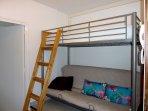 Entrée / chambre d'appoint (clic-clac 140 x 190) + lit superposé 90 x 190 séparé de la pièce de vie.