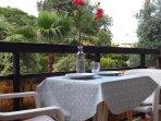 balcon avec vue sur le magnifique jardin