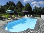 piscine clôturée, avec bâche à barres