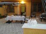 Terrazza con tavolo e ombrellone