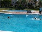 Urbanización: Actividades en verano para niños en la piscina.