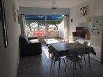 Espace spacieux, 27m2, avec coin repas, salon tout équipé et terrasse-balcon avec store
