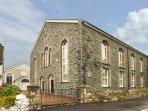 TY'N YN CAPEL, chapel conversion, underfloor heating, en-suite, WiFi, Llanberis,