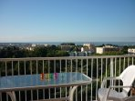 petit déjeuner sur la  terrasse vue sur le Cap d'Antibes