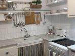 Cocina equipada con electrodomésticos y utensilios nuevos